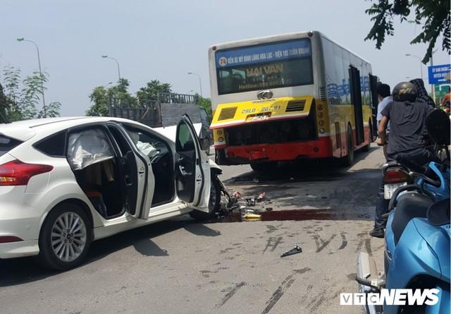 Ô tô con nát bét sau cú tông vào đuôi xe buýt dừng trả khách trên đại lộ Thăng Long - Ảnh 1.