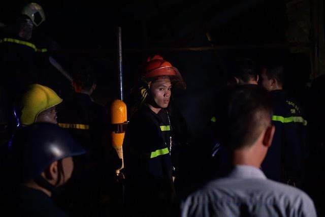 Cháy lớn thiêu rụi xưởng nhựa ở Hà Nội, 2 người may mắn thoát nạn - Ảnh 11.