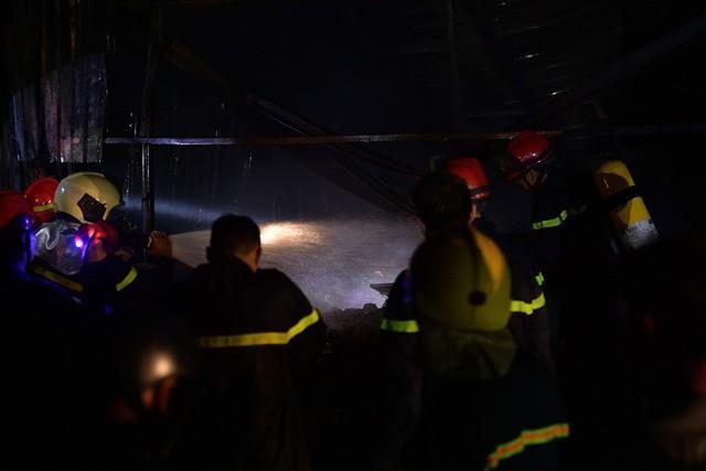 Cháy lớn thiêu rụi xưởng nhựa ở Hà Nội, 2 người may mắn thoát nạn - Ảnh 12.