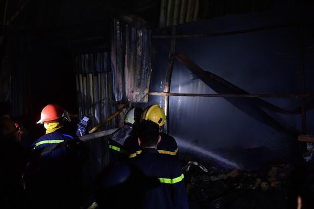 Cháy lớn thiêu rụi xưởng nhựa ở Hà Nội, 2 người may mắn thoát nạn - Ảnh 3.