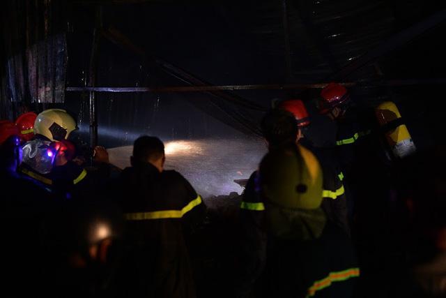 Cháy lớn thiêu rụi xưởng nhựa ở Hà Nội, 2 người may mắn thoát nạn - Ảnh 6.