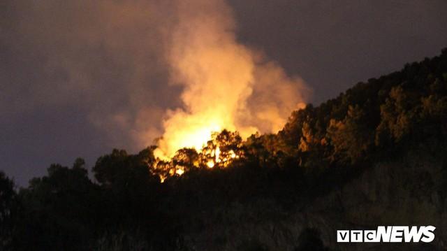 Giữa đêm, hàng trăm người leo lên đỉnh núi dập tắt đám cháy rừng ở Đà Nẵng - Ảnh 1.