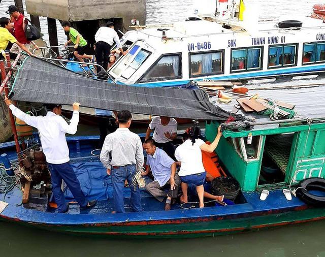 Tàu cao tốc chở 46 du khách bị tàu cá đâm ở Vân Đồn - Ảnh 1.