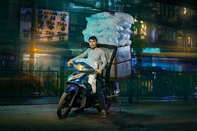 [Ảnh] Nền kinh tế trên yên xe máy ở Việt Nam qua ống kính phóng viên The Guardian - Ảnh 8.