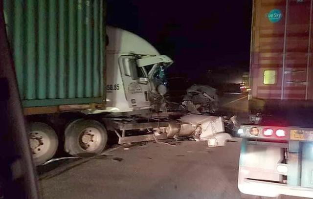 Container bị biến dạng sau khi đâm vào xe tải chở cột bê tông trên Quốc lộ 5 - Ảnh 1.
