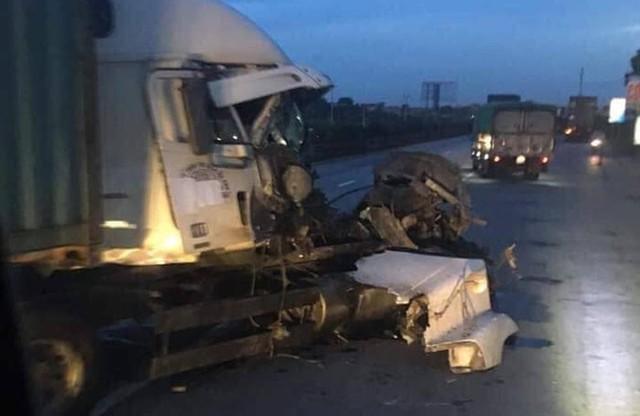 Container bị biến dạng sau khi đâm vào xe tải chở cột bê tông trên Quốc lộ 5 - Ảnh 2.