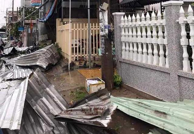 Hàng trăm căn nhà bị sập và tốc mái trong cơn mưa giông lớn tại An Giang - Ảnh 1.