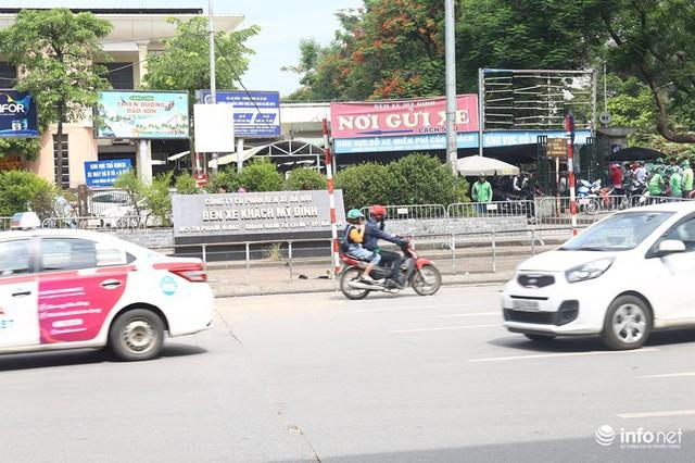 Những hình ảnh xấu xí của người dân vi phạm giao thông ở Hà Nội - Ảnh 3.