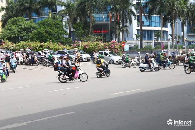 Những hình ảnh xấu xí của người dân vi phạm giao thông ở Hà Nội - Ảnh 6.