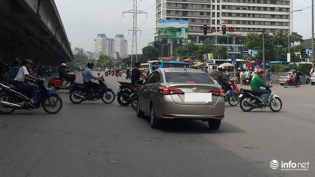Những hình ảnh xấu xí của người dân vi phạm giao thông ở Hà Nội - Ảnh 9.