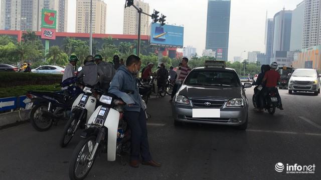 Những hình ảnh xấu xí của người dân vi phạm giao thông ở Hà Nội - Ảnh 10.
