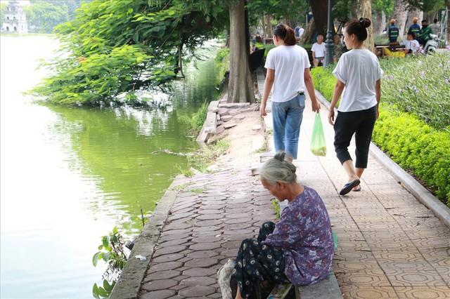 Bờ kè Hồ Gươm xuống cấp nghiêm trọng khiến người dân lo lắng - Ảnh 2.