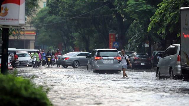 Xế hộp bơi trong bể nước Hà thành sau cơn mưa lớn - Ảnh 1.