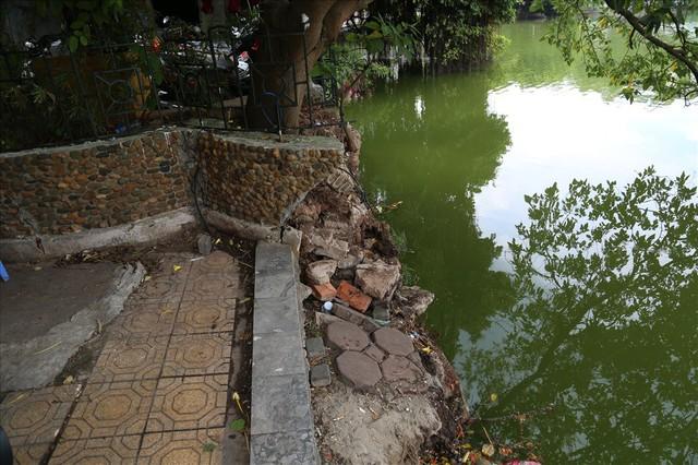 Bờ kè Hồ Gươm xuống cấp nghiêm trọng khiến người dân lo lắng - Ảnh 13.