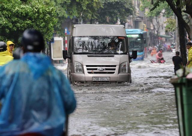 Xế hộp bơi trong bể nước Hà thành sau cơn mưa lớn - Ảnh 3.