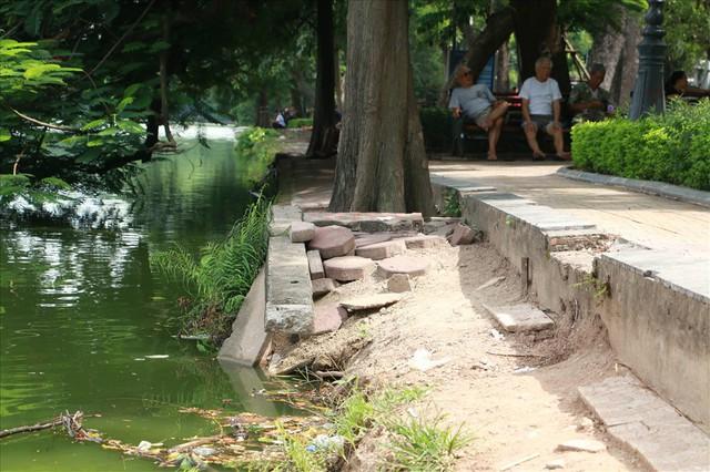 Bờ kè Hồ Gươm xuống cấp nghiêm trọng khiến người dân lo lắng - Ảnh 4.