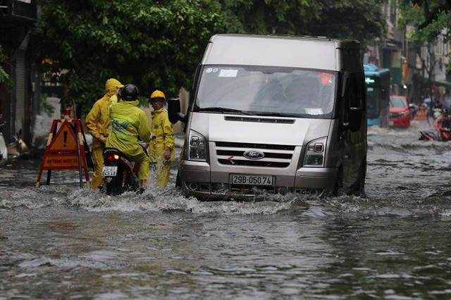Xế hộp bơi trong bể nước Hà thành sau cơn mưa lớn - Ảnh 4.