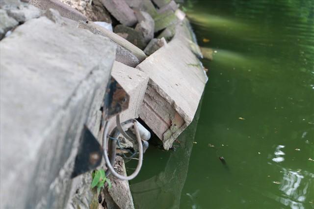 Bờ kè Hồ Gươm xuống cấp nghiêm trọng khiến người dân lo lắng - Ảnh 7.