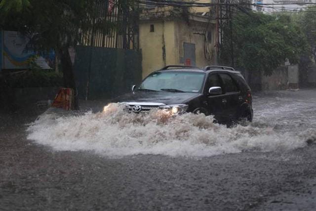 Hà Nội vừa mưa to, nhiều tuyến đường ngập sâu - Ảnh 7.