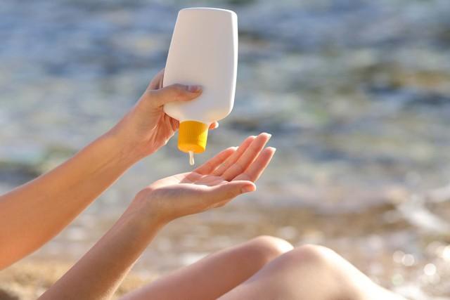 Chuyên gia da liễu hướng dẫn cách chống nắng hoàn hảo khi đi biển, ngăn chặn cháy nắng, bỏng nắng và cả ung thư da - Ảnh 2.