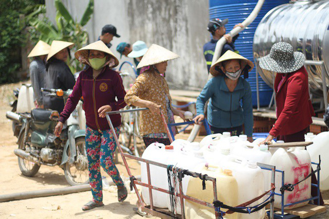 Bình Định đưa xe chữa cháy tiếp nước sinh hoạt cho người dân - Ảnh 1.
