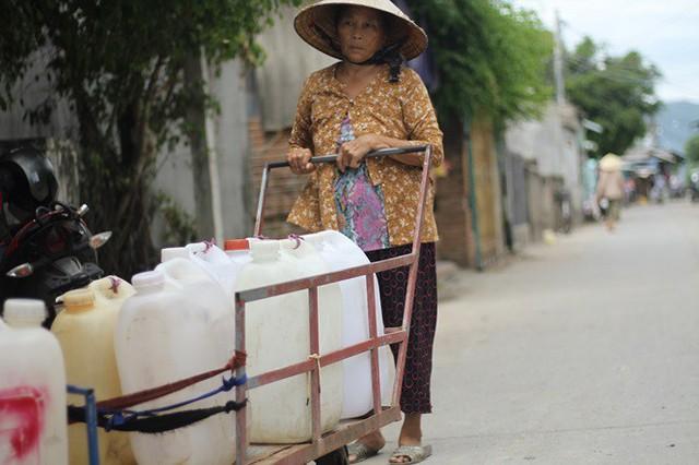 Bình Định đưa xe chữa cháy tiếp nước sinh hoạt cho người dân - Ảnh 2.