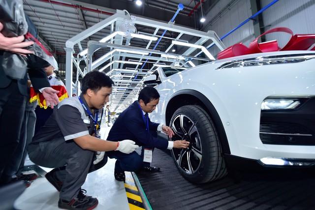 VinFast chính thức bàn giao lô xe Lux SA2.0 và Lux A2.0 đầu tiên cho khách hàng - Ảnh 1.