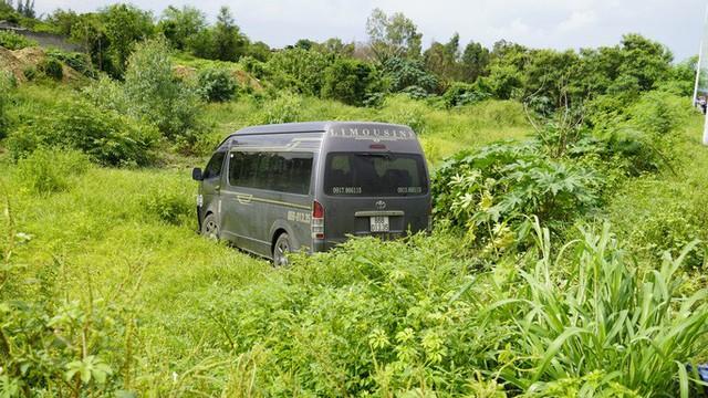 Sau tiếng động, tá hỏa thấy xe Limousine nằm dưới hố, xe khách lao sát nhà dân - Ảnh 1.