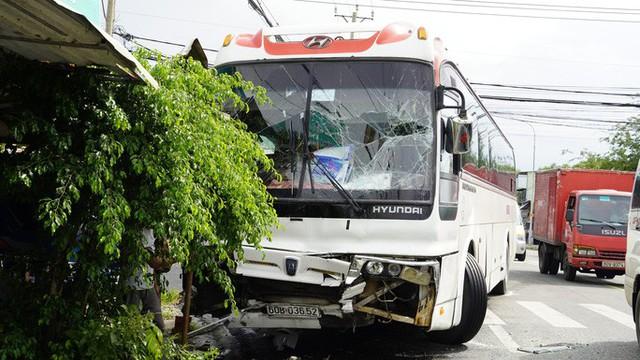 Sau tiếng động, tá hỏa thấy xe Limousine nằm dưới hố, xe khách lao sát nhà dân - Ảnh 3.