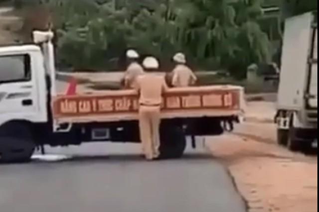 Xe gỗ lậu tông văng xe CSGT ở Gia Lai, tài xế khai đạp nhầm chân ga - Ảnh 3.