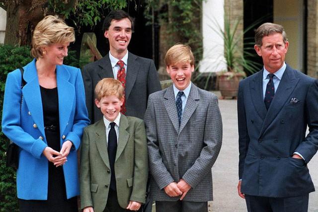 Hé lộ câu chuyện trong bữa tiệc cách đây 27 năm cho thấy mối thù hoàng gia giữa Hoàng tử Harry và William xuất phát từ hai chữ ghen tỵ - Ảnh 2.
