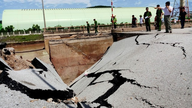 Hiện trường vụ sập đường tại Thanh Hóa khiến 5 người thương vong - Ảnh 1.