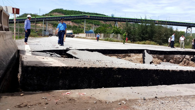 Hiện trường vụ sập đường tại Thanh Hóa khiến 5 người thương vong - Ảnh 4.
