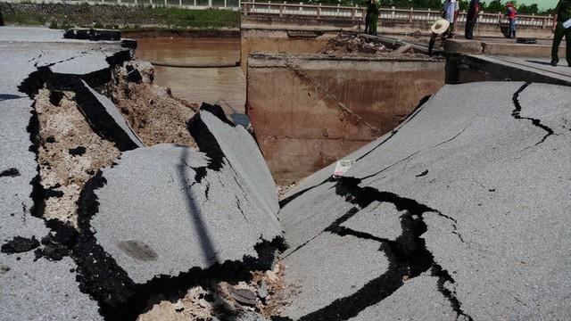 Hiện trường vụ sập đường tại Thanh Hóa khiến 5 người thương vong - Ảnh 5.