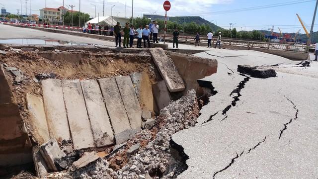 Hiện trường vụ sập đường tại Thanh Hóa khiến 5 người thương vong - Ảnh 7.