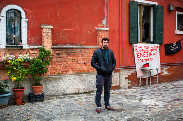 Venice và cái chết dai dẳng do tiền: Chật chội vì khách du lịch khi dân số sụt giảm nghiêm trọng, lũ lụt xảy ra thường xuyên, người dân nghi ngờ dự án xây đập ngăn lũ trì trệ là do tham nhũng - Ảnh 4.