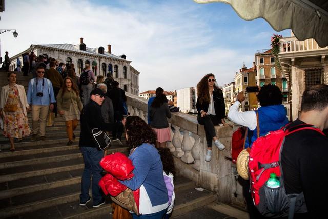 Venice và cái chết dai dẳng do tiền: Chật chội vì khách du lịch khi dân số sụt giảm nghiêm trọng, lũ lụt xảy ra thường xuyên, người dân nghi ngờ dự án xây đập ngăn lũ trì trệ là do tham nhũng - Ảnh 1.