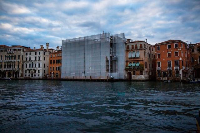 Venice và cái chết dai dẳng do tiền: Chật chội vì khách du lịch khi dân số sụt giảm nghiêm trọng, lũ lụt xảy ra thường xuyên, người dân nghi ngờ dự án xây đập ngăn lũ trì trệ là do tham nhũng - Ảnh 3.