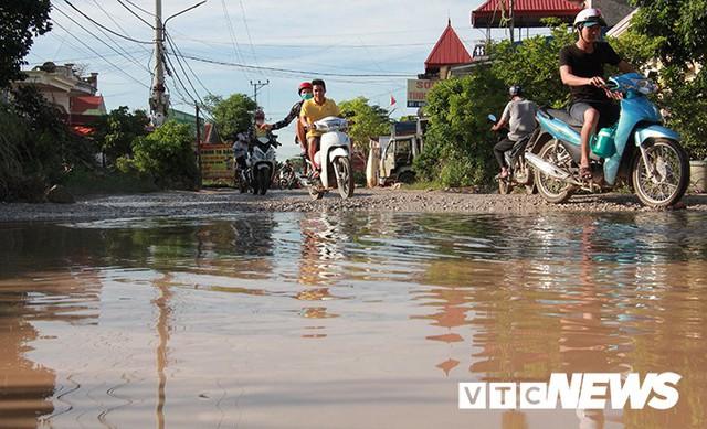 Ảnh: Cận cảnh tuyến đường biến thành đầm lầy, bẫy người đi đường nhiều năm ở Hải Phòng - Ảnh 2.