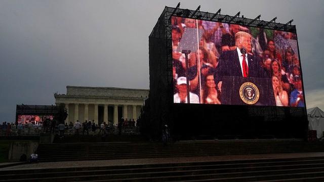 Máy nhắc chữ gây đại họa cho Tổng thống Trump trong lễ kỷ niệm Quốc khánh - Ảnh 1.