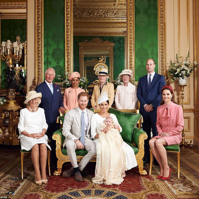 """Vẻ mặt """"bất thường"""" của vợ chồng Công nương Kate và gia đình khi chụp cùng bé Archie trở thành đề tài HOT, xôn xao cộng đồng mạng - Ảnh 1."""