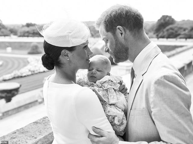 Cuối cùng, vợ chồng Meghan Markle cũng công khai ảnh rõ mặt con trai sau lễ rửa tội, người hâm mộ bất ngờ về vẻ ngoài của bé Archie - Ảnh 2.