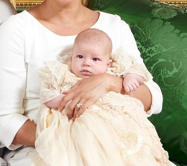 Cuối cùng, vợ chồng Meghan Markle cũng công khai ảnh rõ mặt con trai sau lễ rửa tội, người hâm mộ bất ngờ về vẻ ngoài của bé Archie - Ảnh 3.