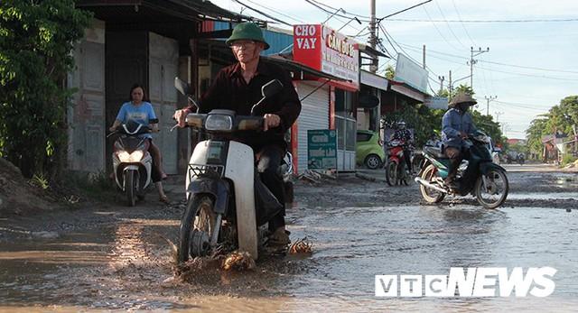 Ảnh: Cận cảnh tuyến đường biến thành đầm lầy, bẫy người đi đường nhiều năm ở Hải Phòng - Ảnh 8.