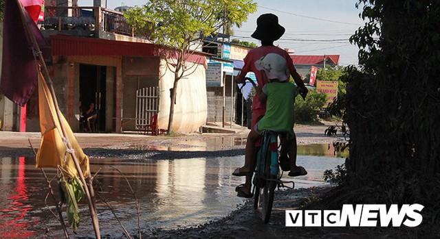 Ảnh: Cận cảnh tuyến đường biến thành đầm lầy, bẫy người đi đường nhiều năm ở Hải Phòng - Ảnh 10.