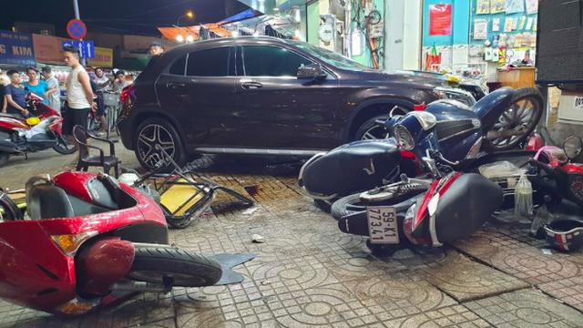 Nhân chứng kể phút nữ tài xế lái ô tô Mercedes đâm hàng loạt xe máy, 6 người bị thương ở TP.HCM - Ảnh 1.