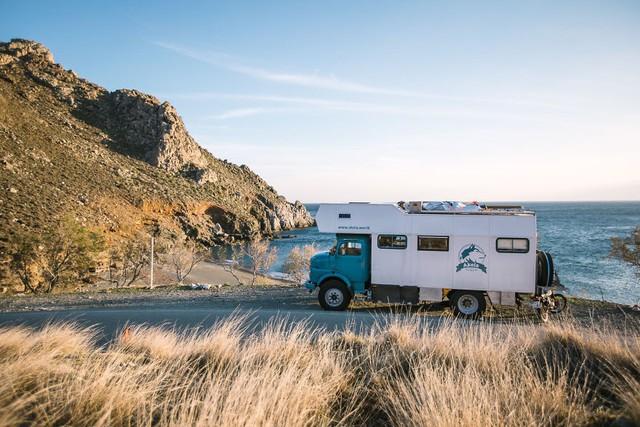 Gia đình nhỏ 3 người đi du lịch khắp nơi ở trên chiếc xe tải nhỏ, xem xong dân tình chỉ biết thốt lên: Cuộc đời tự do số 1 là thế này đây! - Ảnh 1.