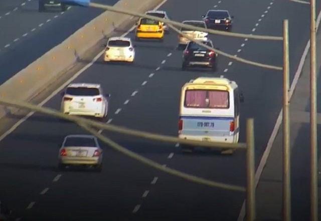 Ngang nhiên dừng đỗ trên cao tốc Hà Nội - Hải Phòng, tài xế bị phạt 5,5 triệu đồng - Ảnh 1.