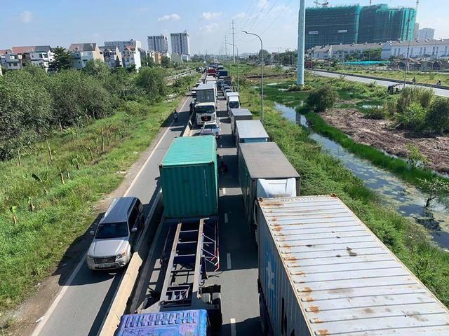 Cửa ngõ Đông Sài Gòn kẹt xe nửa ngày vẫn chưa thông - Ảnh 2.