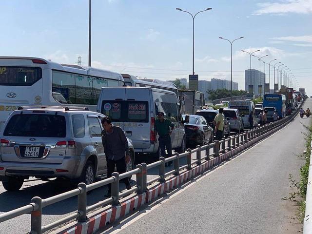 Cửa ngõ Đông Sài Gòn kẹt xe nửa ngày vẫn chưa thông - Ảnh 3.